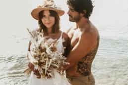 photo couple mariés à la plage