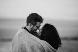 photo couple noir et blanc au bord de la mer