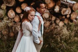 photo couple multiracial dans la forêt des cévennes